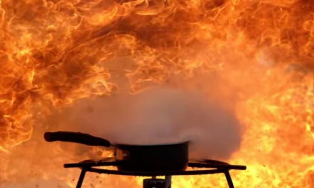 Πήγαν να σβήσουν φωτιά από καυτό λάδι με νερό! - Δείτε τι έγινε (vid) |  Pentapostagma