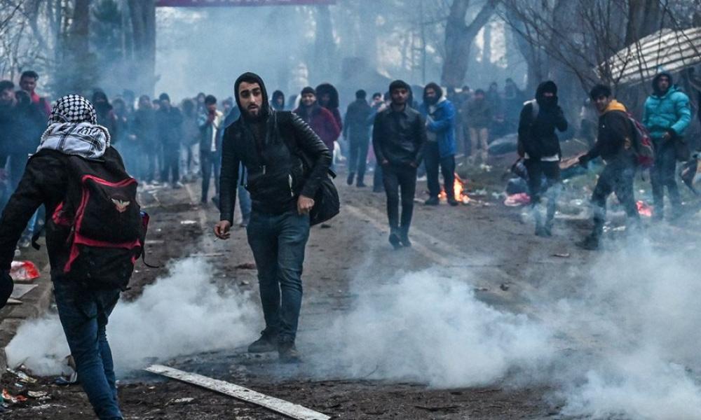 Πολεμικές κινήσεις στον Έβρο: Με την απειλή όπλου σπρώχνουν μετανάστες στα σύνορα