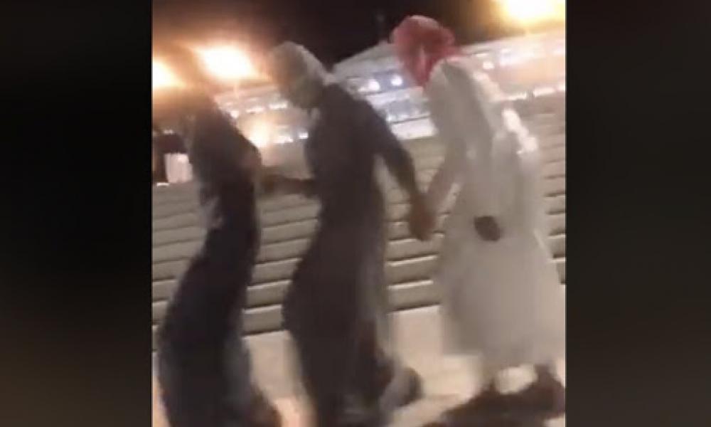 Μουσουλμάνοι χορεύουν στο Σύνταγμα