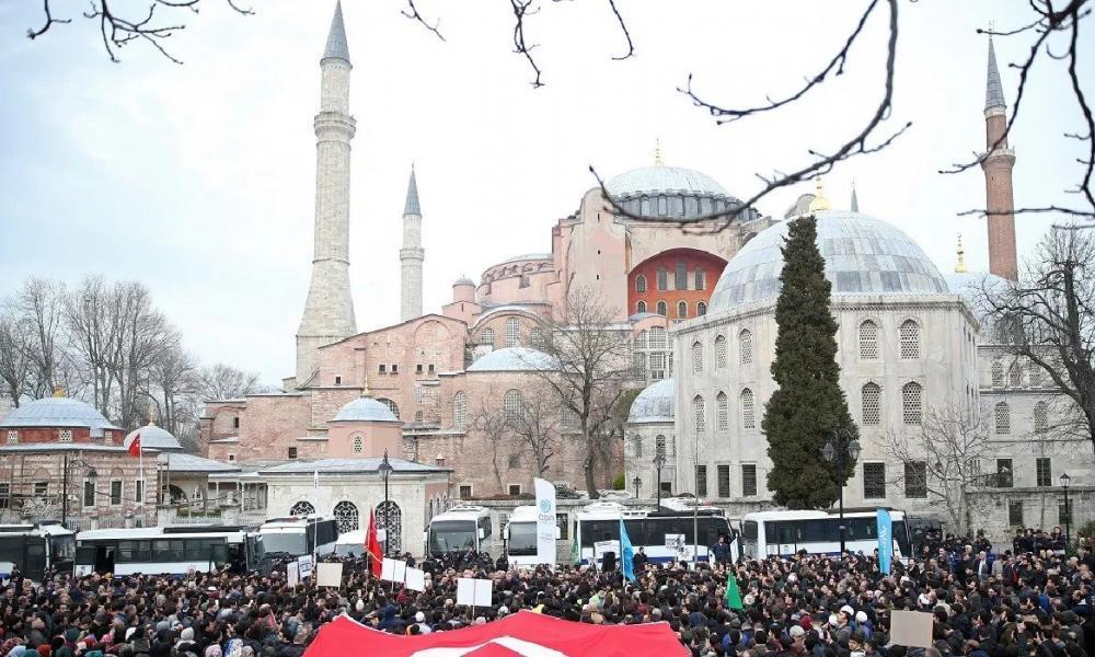 Τούρκοι μπροστά στην Αγία Σοφία