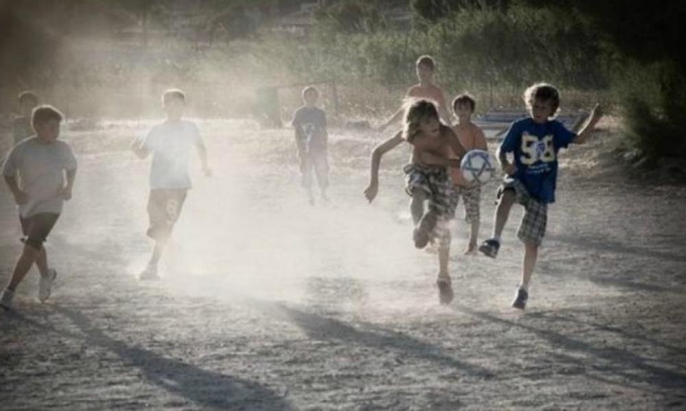 Λακωνία: Συνέλαβαν ανήλικα παιδιά επειδή έπαιζαν μπάλα στο χωριό