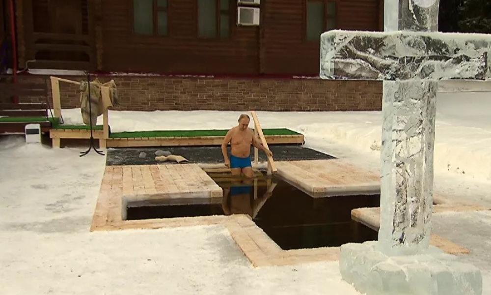 Πούτιν: Bούτηξε στα παγωμένα νερά για να τιμήσει τα φετινά Θεοφάνεια