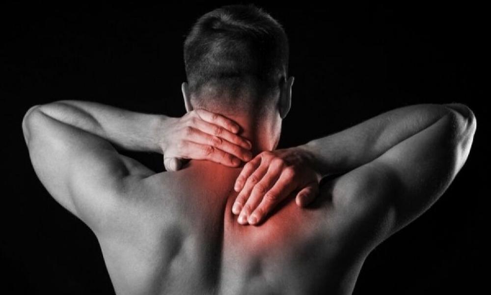 Πόνος στον αυχένα: Τι πρέπει να κάνετε για να ανακουφιστείτε
