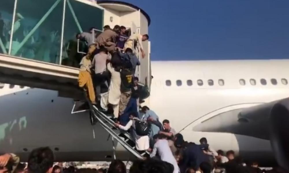 """Η Ελληνική πρεσβεία κατάφερε να απεγκλωβίσει τους Αφγανούς διερμηνείς – 500.000 """"μετανάστες"""" θα βυθίσουν Ελλάδα & Ευρώπη!!!"""