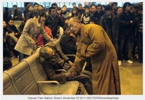 βουδιστής-μοναχός-προσεύχεται-για-νεκρό-άνδρα