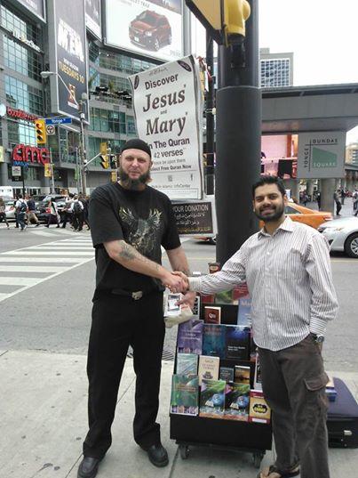 Φωτογραφία από το website της οργάνωσης με τη λεζάντα Ο αδερφός Abdullah που εξισλαμίσθηκε πριν 2 χρόνια