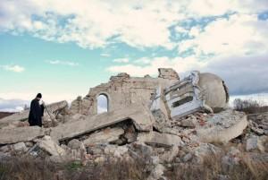 στα ερείπια του ναού