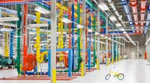 Χιλιάδες μέτρα αγωγών στο εσωτερικό των data centers, βαμμένοι με φωτεινά χρώματα για να αναγνωρίζουν οι τεχνικοί τι είναι ο καθένας.