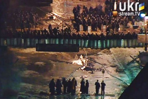 Η φωτογραφία που δημοσιεύεται από το Aleteia με την ερμηνεία ότι ιερείς εξορκίζουν με Σταυρό τις κυβερνητικές δυνάμεις