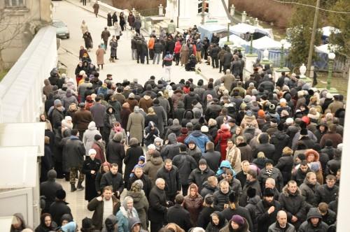 Πιστοί έχουν συγκεντρωθεί για να προστατεύσουν τη Μονή Ποτσάεφ