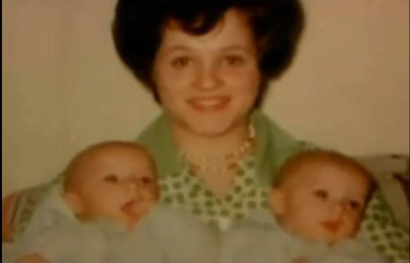 Η μητέρα με τα νεογέννητα δίδυμα αγοράκια