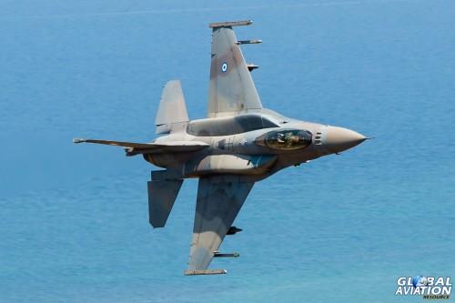 Με Άρματα & Χαμηλές Πτήσεις Μαχητικών