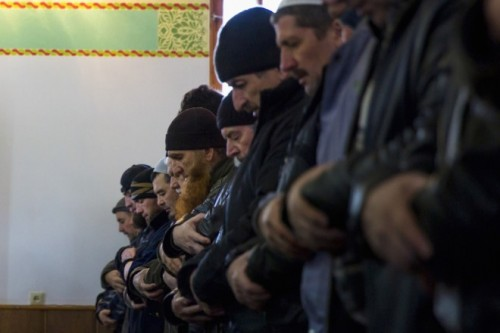 Τάταροι της Κριμαίας προσεύχονται στο τζαμί Chan Chair στο Bakhchisaray, κοντά στη Συμφερούπολη, φωτο Reuters