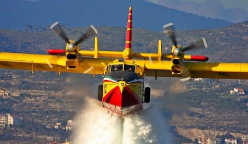 ti-blepei-enas-pilotos-pyrosbestikou-aeroplanou-thn-wra-pou-epixeirei-video