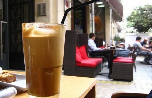 Πίνοντας-φραπέ-δείτε-τι-άλλο-πίνουμε-και-θα-εκπλαγείτε-pentapostagma.gr