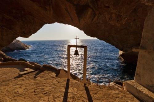 εκκλησία-προσβάσιμη-μόνο-από-τη-θάλασσα