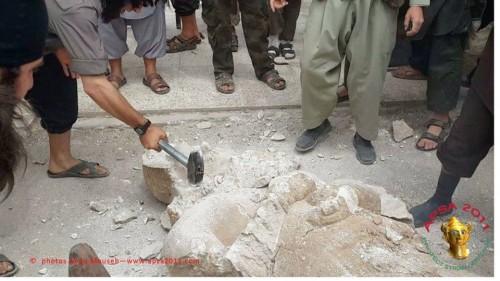 Η μανιώδης καταστροφή του αγάλματος