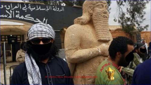 Μέλη της ISIS με καλυμμένα τα πρόσωπα φωτογραφίζονται με τους αρχαιολογικούς θησαυρούς