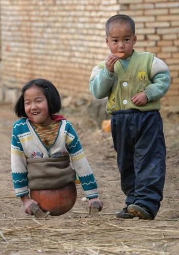 το-4χρονο-κορίτσι-με-τη-μπάλα-που-συγκλόνισε-την-Κίνα-εικόνες-βίντεο-3