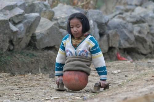 το-4χρονο-κορίτσι-με-τη-μπάλα-που-συγκλόνισε-την-Κίνα-εικόνες-βίντεο-4