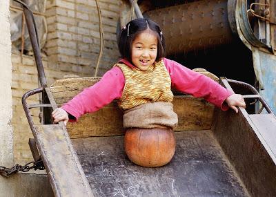 το-4χρονο-κορίτσι-με-τη-μπάλα-που-συγκλόνισε-την-Κίνα-εικόνες-βίντεο