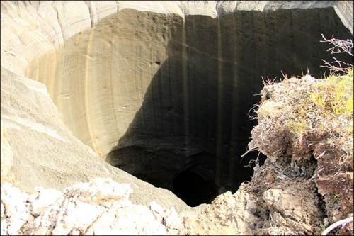 δείτε-τι-υπάρχει-στο-εσωτερικό-της-τεράστιας-τρύπας-που-τρομοκράτησε-τη-Σιβηρία-3