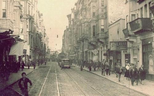 1930-ο-πεζόδρομος-του-πέρα-με-το-τραμ-700x437