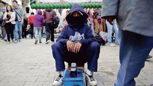 Ένας νόμιμος δεκάχρονος λούστρος στους δρόμους της Λα Παζ.