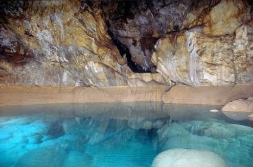 το-μυθικό-σπήλαιο-των-λιμνών