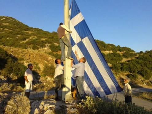 ύψωσαν-ελληνική-σημαία-19-τετραγωνικών-μέτρων