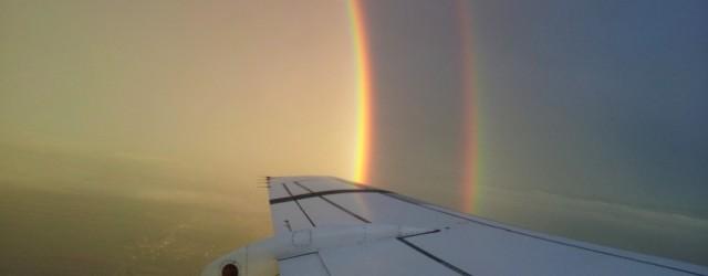 Υπέροχο! Επιβάτης αεροπλάνου φωτογράφισε ουράνιο τόξο την ώρα που πετούσε μέσα από αυτό!