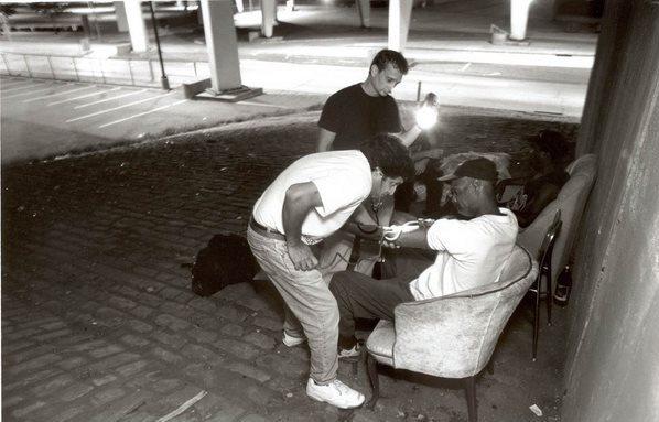 dinfo.gr - Όταν όλοι κοιμούνται, ένας γιατρός βγαίνει στους δρόμους κάθε βράδυ για να βοηθήσει τους άστεγους!