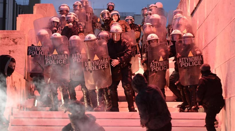 ΕΚΤΑΚΤΟ: Άγρια επεισόδια έξω από τη Βουλή – Φωτιά στη σκοπιά του άγνωστου στρατιώτη – Διαδηλωτές επιχειρούν να μπουν στο Κοινοβούλιο – Δείτε βίντεο