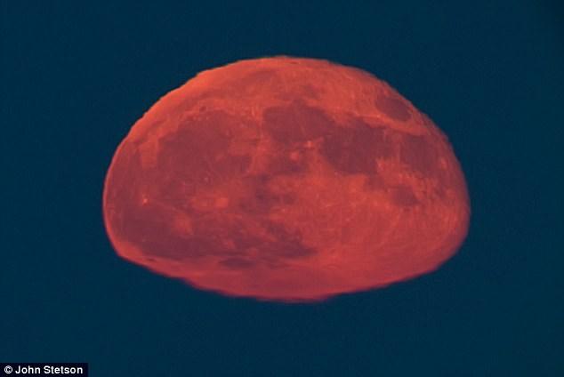 Το ορθογώνιο… φεγγάρι που προκάλεσε θεωρίες συνωμοσίας