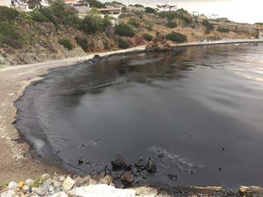 «Μαύρισαν» οι παραλίες της Σαλαμίνας: Το μέγεθος της καταστροφής είναι τεράστιο – Πετρέλαιο και πίσσα μετά τη βύθιση πλοίου