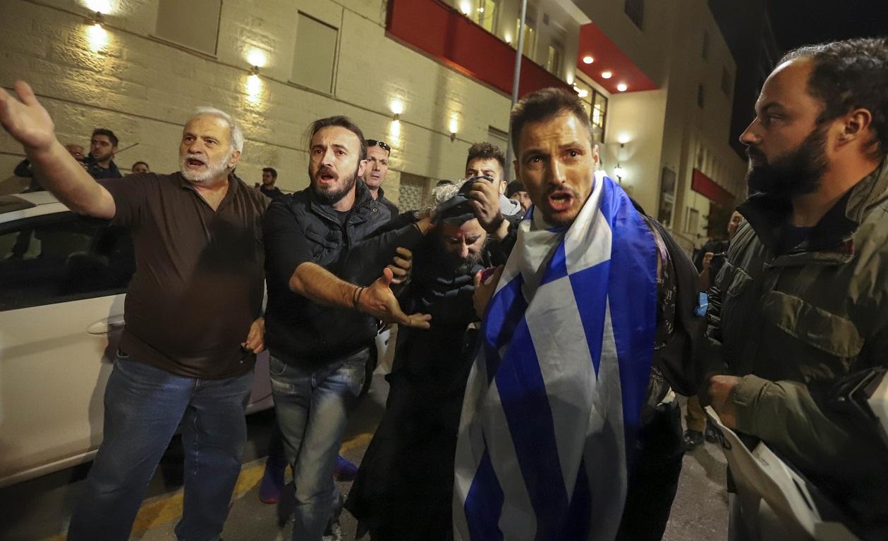 0fbd48f3d55 Επεισόδια σημειώθηκαν μπροστά στο θέατρο Αριστοτέλειον στη Θεσσαλονίκη,  όπου πραγματοποίησαν διαμαρτυρία μέλη του «Ιερού Λόχου» για την παράσταση  «Η Ώρα του ...