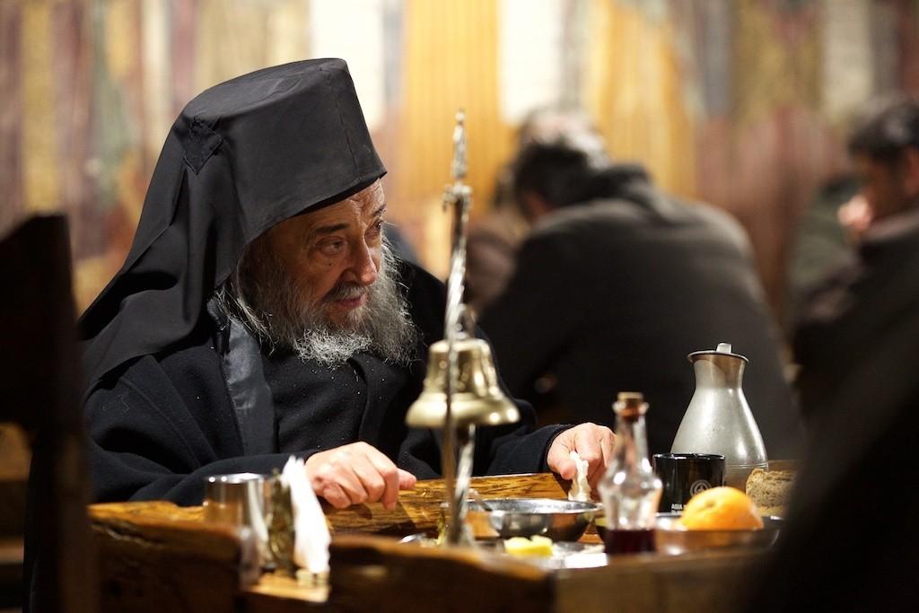 Καθηγούμενος Γέροντας Γρηγόριος: «Οι πολιτικοί μας παίζουν τυφλόμυγα για να μη δούνε το πάθος του Χριστού και το φως της Αναστάσεως».