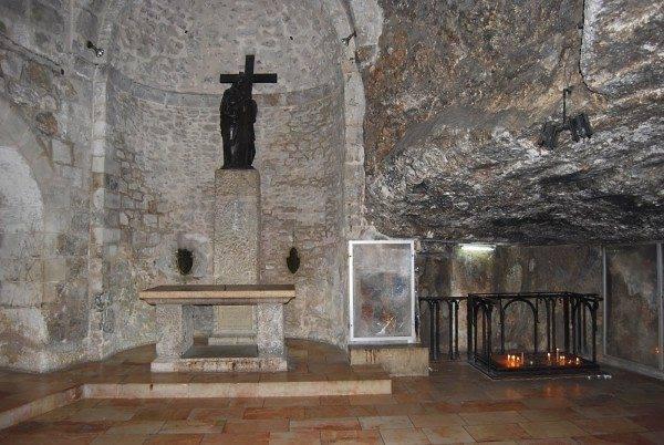 Το άγαλμα της Αγίας Ελένης που κρατά τον Τίμιο Σταυρό  στο Σπήλαιο της Εύρεσης του Τιμίου Σταυρού στον Ναό  της Αναστάσεως στα Ιεροσόλυμα. Εδώ βρέθηκε ο  Τίμιος Σταυρός και εκείνοι των ληστών.