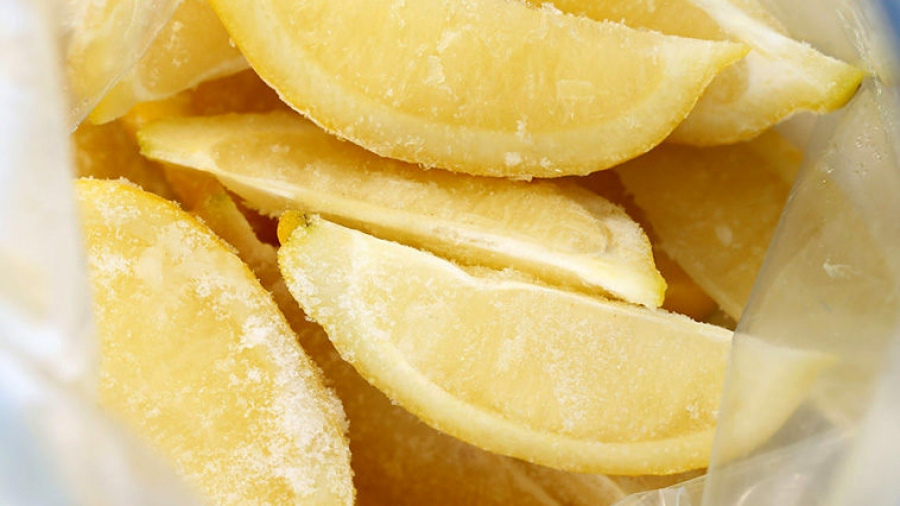Αποτέλεσμα εικόνας για Γιατί είναι καλύτερο να βάζετε τα λεμόνια στην κατάψυξη...;