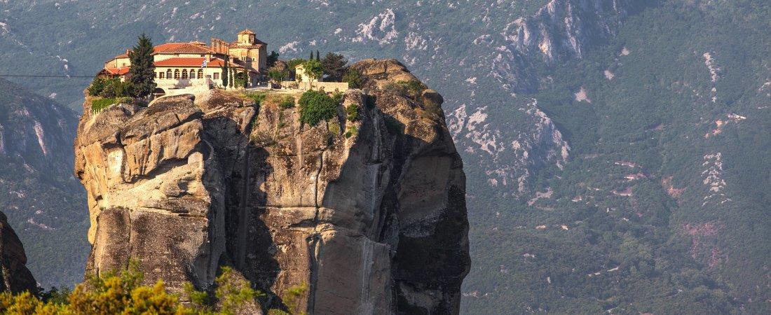 Μετέωρα: Πώς δημιουργήθηκαν και από που πήραν το όνομά τους οι διάσημοι βράχοι;