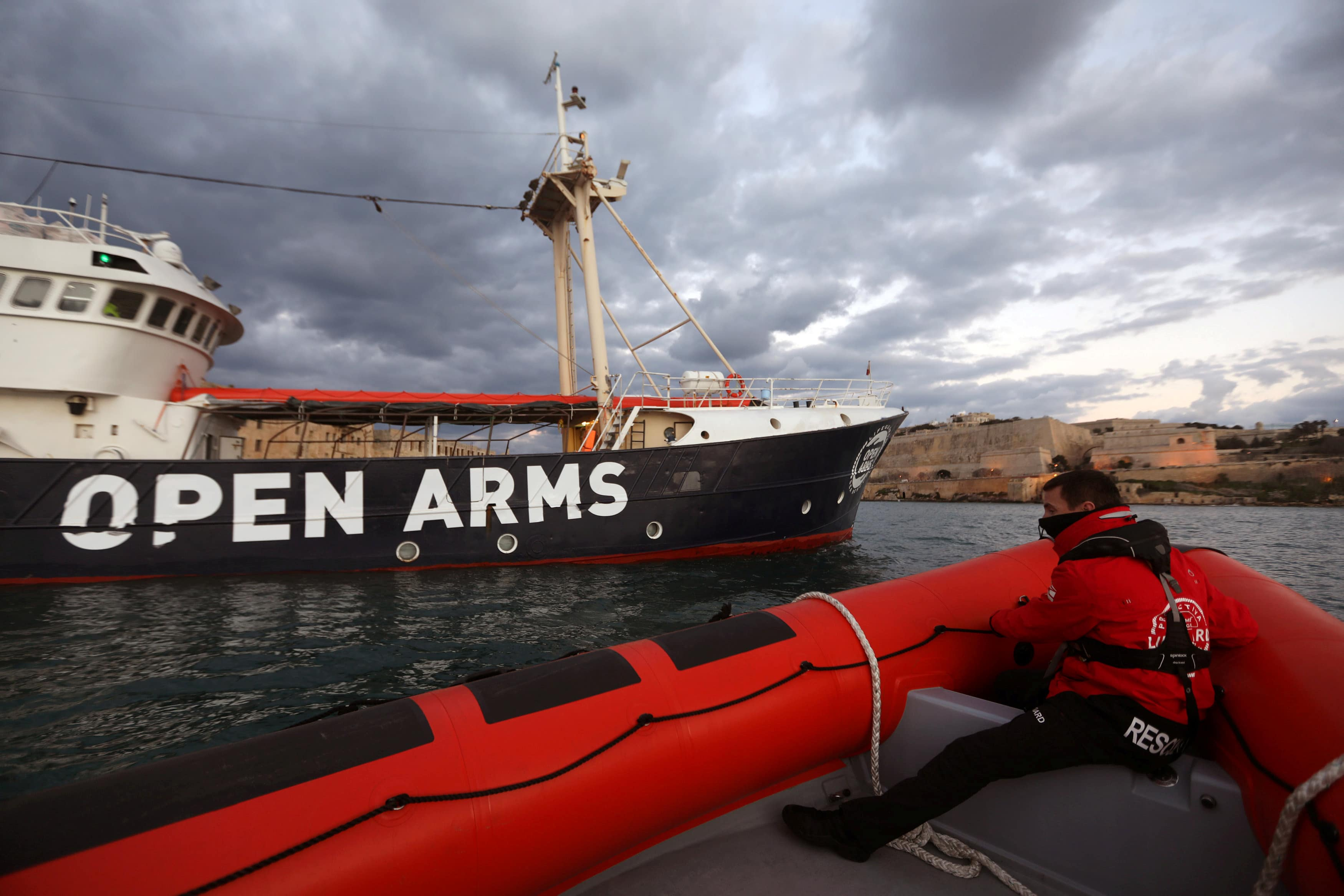 Έλληνες απέναντι στις ΜΚΟ: Κάτοικοι της Λέσβου παρεμπόδισαν το «Open Arms» να ελλιμενιστεί – Πέταξαν συμβολικά πέτρες