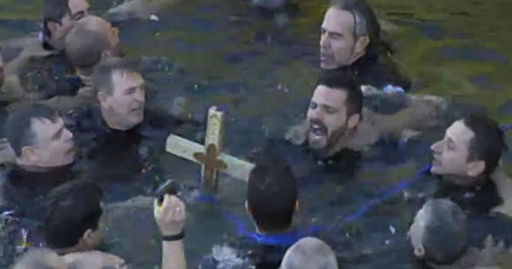 Βούτηξαν τα ΟΥΚ στο Λιμάνι του Πειραιά για το Σταυρό – Βροντοφώναξαν σε κύκλο για μια ακόμη φορά (εικόνες)